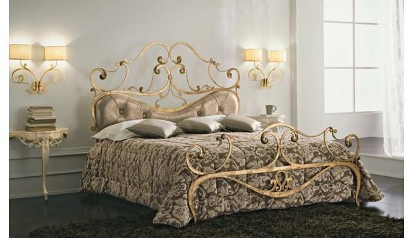 Кованая кровать с тумбочкой.