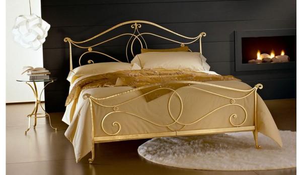 Кованая  кровать в золотом цвете